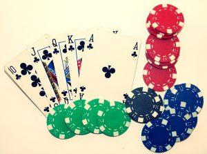 Poker is berekenen, bluffen, maar géén geluksspel. Of toch wel?