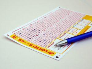 De kans om de loterij te winnen is nihil. En toch blijven we meedoen